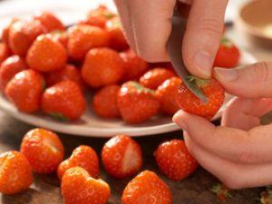 Erdbeeren waschen und putzen