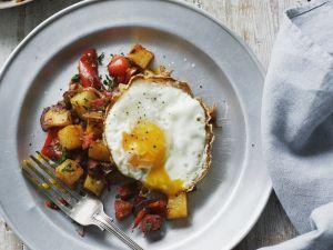 Spiegelei mit gebratenen Kartoffeln und Würstchen Rezept