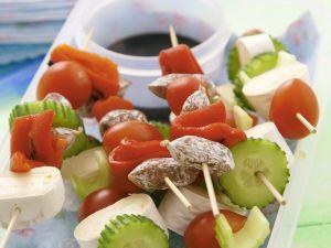 Spießchen mit Käse, Wurst und Gemüse Rezept