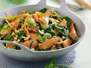 Spinat-Hühnchen-Pfanne mit Koriander und Nüssen Rezept