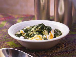 Spinat mit Paneerkäse auf indische Art Rezept
