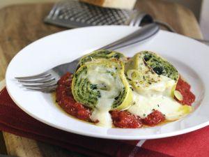 Spinat-Nudelrollen mit Tomaten-und Béchamelsoße Rezept