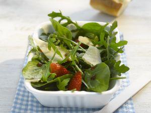 Spinat-Rauke-Salat mit Erdbeeren und Parmesan Rezept