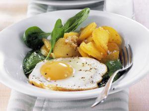 Spinatpüree mit Spiegelei und Bratkartoffeln Rezept