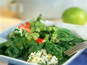 Spinatsalat mit Feta und Garnelen Rezept