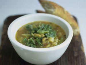 Spinatsuppe mit Bohnen und Brot Rezept