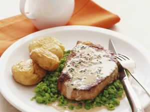 Steak in Estragonsoße mit Erbsen und Kartoffeln Rezept