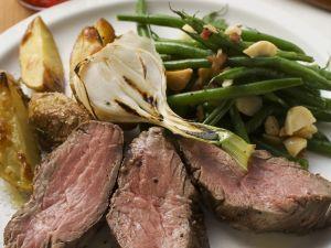 Steak mit Bratkartoffeln, Lauchzwiebeln und Bohnen mit Speck Rezept