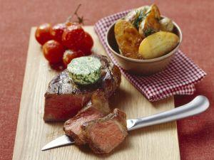 Steak mit Kräuterbutter, gebackenen Kartoffeln und Tomaten Rezept