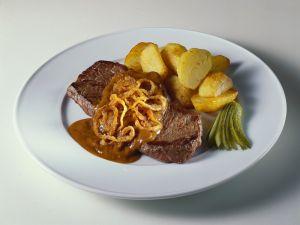 Steaks mit Zwiebelsauce und Röstkartoffeln Rezept