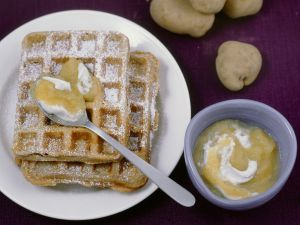 Süße Kartoffel-Nuss-Waffeln mit Apfelmus-Sahne Rezept