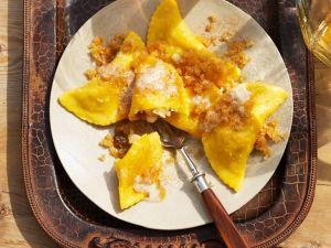 Süße Teigtaschen mit Apfelfüllung und Butterbröseln Rezept