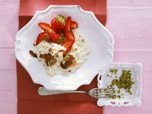 Süßer Milchreis auf italienische Art mit Erdbeeren und Pistazien Rezept