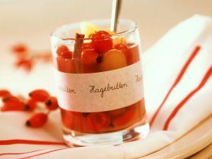 Süßsauer eingelegte Hagebutten Rezept