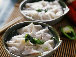 Suppe mit gefüllten Teigtaschen auf chinesische Art Rezept