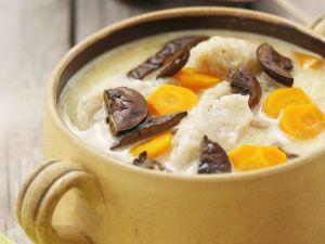 Suppe mit Möhren, getrockneten Pilzen und Kartoffelnudeln Rezept