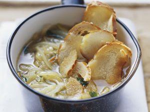 Suppe mit Zwiebeln und Brezenscheiben Rezept