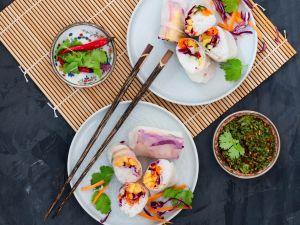 Sushi-Sommerrollen mit Gemüse-Ananas-Füllung und Koriander-Dip Rezept