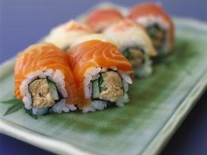 Sushiröllchen mit Lachs, Thunfisch und Gurke Rezept