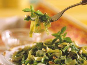 Tagliatelle mit Zwiebeln, Spinat und Kräutern Rezept