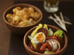 Tapas: Salat mit Ei und Chorizo, würziger Blumenkohl Rezept