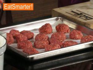 Fleisch für Hackbällchen zubereiten und Formen
