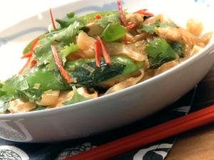 Thai-Hähnchen mit Chili-Basilikum-Nudeln