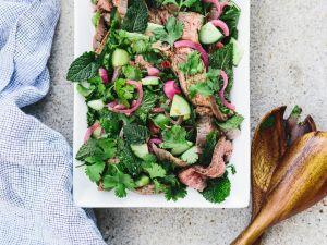 Thai-Steak-Salat mit Kräutern und Zwiebeln Rezept