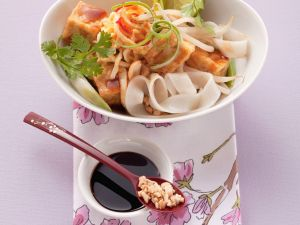 Thailändische Nudel-Tofu-Pfanne mit Nüssen und Ei Rezept