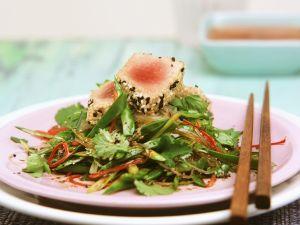 Thunfisch im Sesammantel mit Zuckerschotensalat Rezept