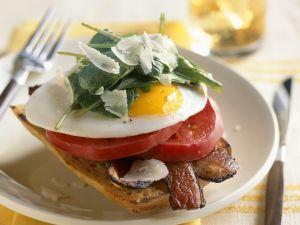 Toast mit Bacon, Tomate, Ei und Spinat Rezept