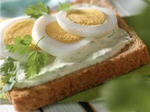 Toast mit Kerbelcreme und Ei Rezept