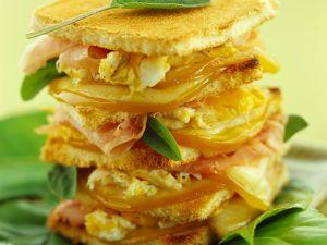 Toast mit Rührei, Scamorza und Schinken Rezept