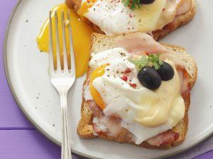 Toast mit Schinken, verlorenem Ei, Oliven und Käse Rezept