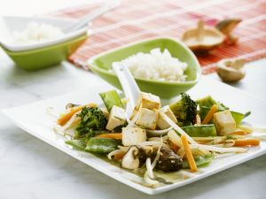 Tofu mit Wokgemüse und Reis Rezept