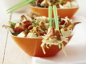 Tofu-Nudeln mit Gemüse und scharfer Soße Rezept