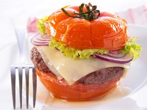 Tomami Burger: Der Low-Carb-Burger in einer Tomate