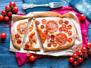 Tomaten-Focaccia mit Oliven und Rosmarin