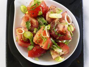 Tomaten-Frühlingszwiebel-Salat mit Chili und Koriander Rezept