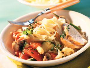 Tomaten-Gemüse-Sauce mit Hähnchenbrust und Tagliatelle Rezept
