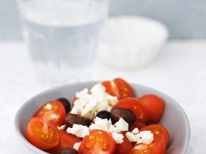 Tomaten mit Schafskäse und Oliven Rezept