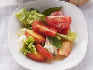 Tomaten-Mozzarella-Salat mit Pfirsich Rezept