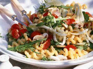 Tomaten-Nudel-Salat mit Rucola und Pilzen Rezept