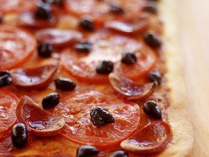 Tomaten-Pizza mit Salami vom Blech Rezept