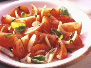 Tomaten-Zwiebel-Salat mit Basilikum Rezept