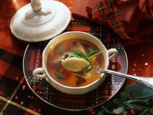 Tomatenbrühe mit Basilikumnockerl Rezept