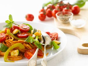 Tomatennudeln mit Paprika und Zucchini Rezept