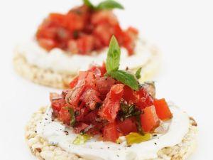 Tomatensalat auf Reiscrackern Rezept