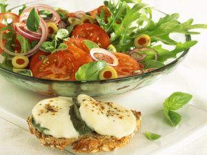 Tomatensalat mit Rucola und Käsebrot Rezept