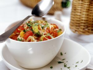 Tomatensalat mit Zwiebeln und Kräutern Rezept